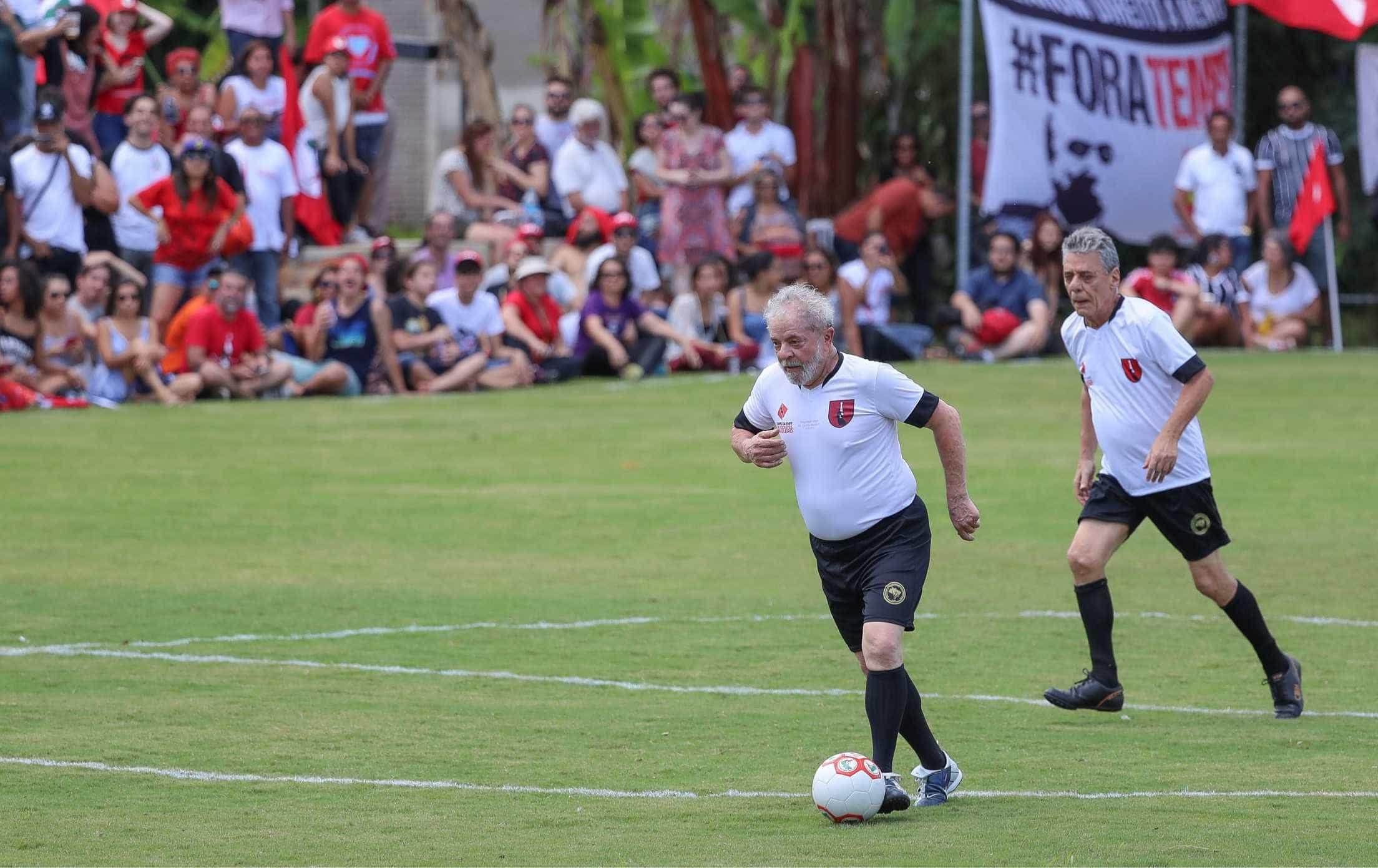É muito sofrido assistir ao jogo do Brasil sem um amigo, afirma Lula
