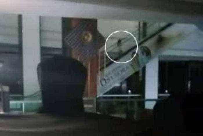 Vídeo de 'fantasma' em shopping viraliza nas redes sociais; assista