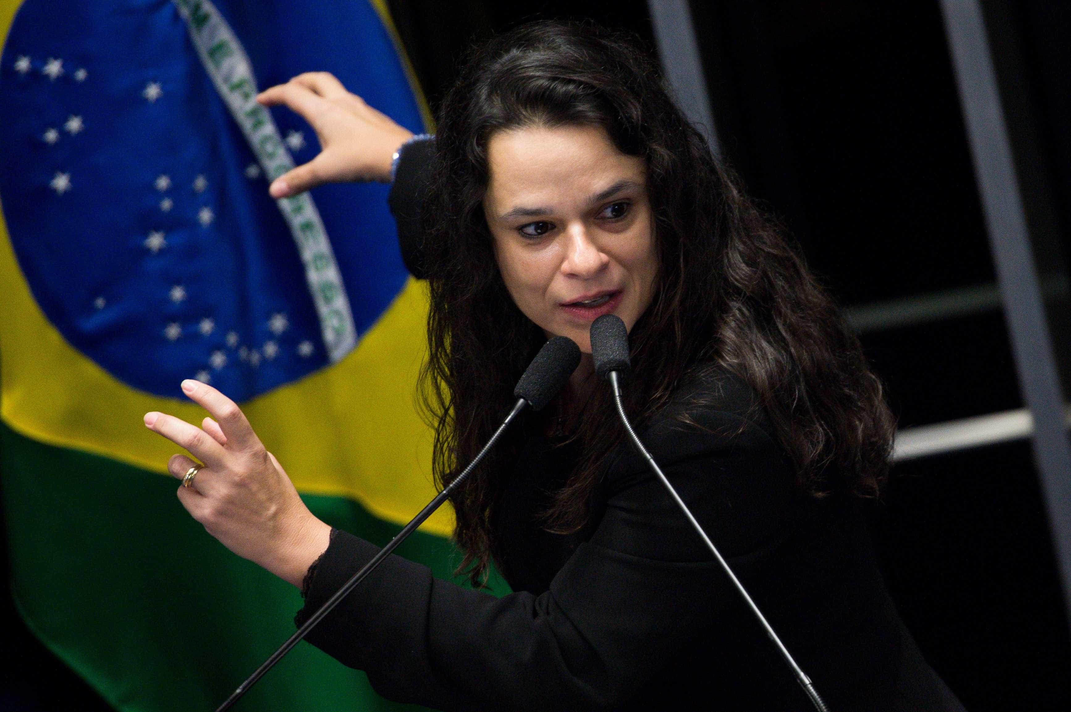 Janaína Paschoal declara voto a Jair Bolsonaro
