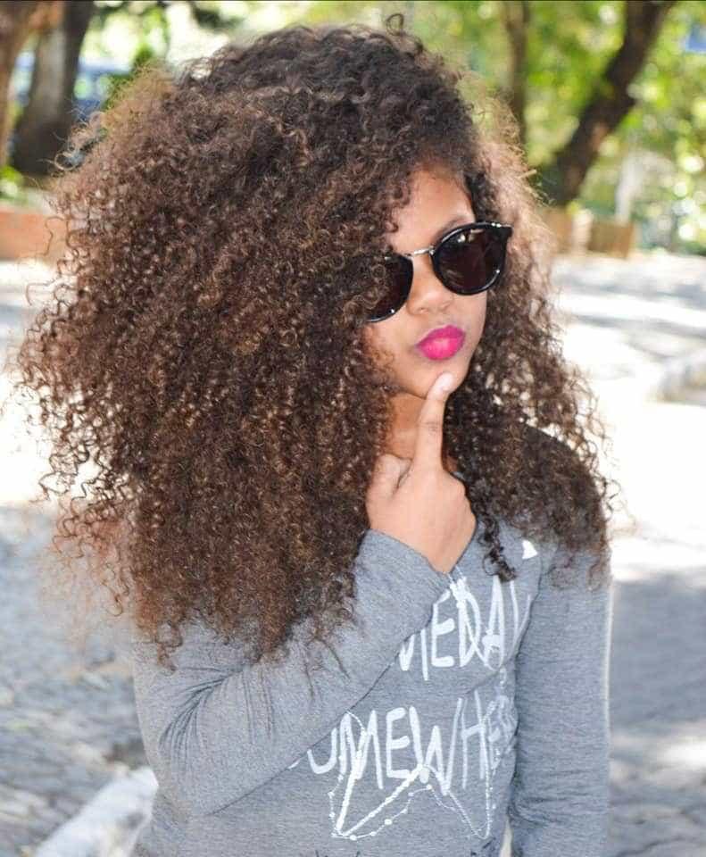 Madrasta alisa cabelo de menina sem pedir autorização da mãe