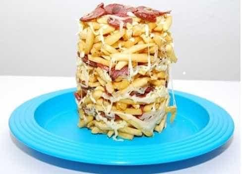 Faça uma torre de batata com queijo e calabresa
