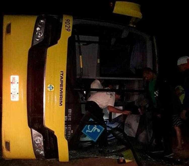 Passageiro surta, ataca motorista, causa acidente e deixa um morto