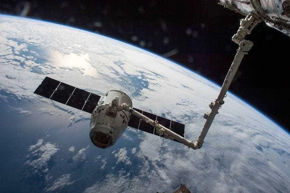 Nave de empresa de Elon Musk leva café e sorvete para estação espacial