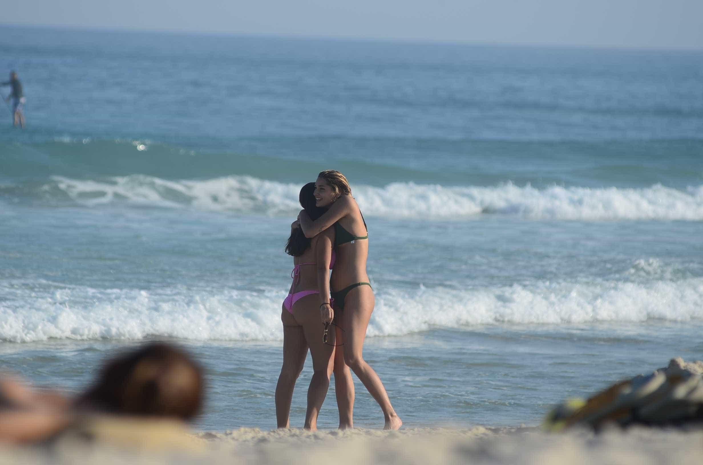 Naturalidade: Sasha joga vôlei na praia com amigos e o namorado