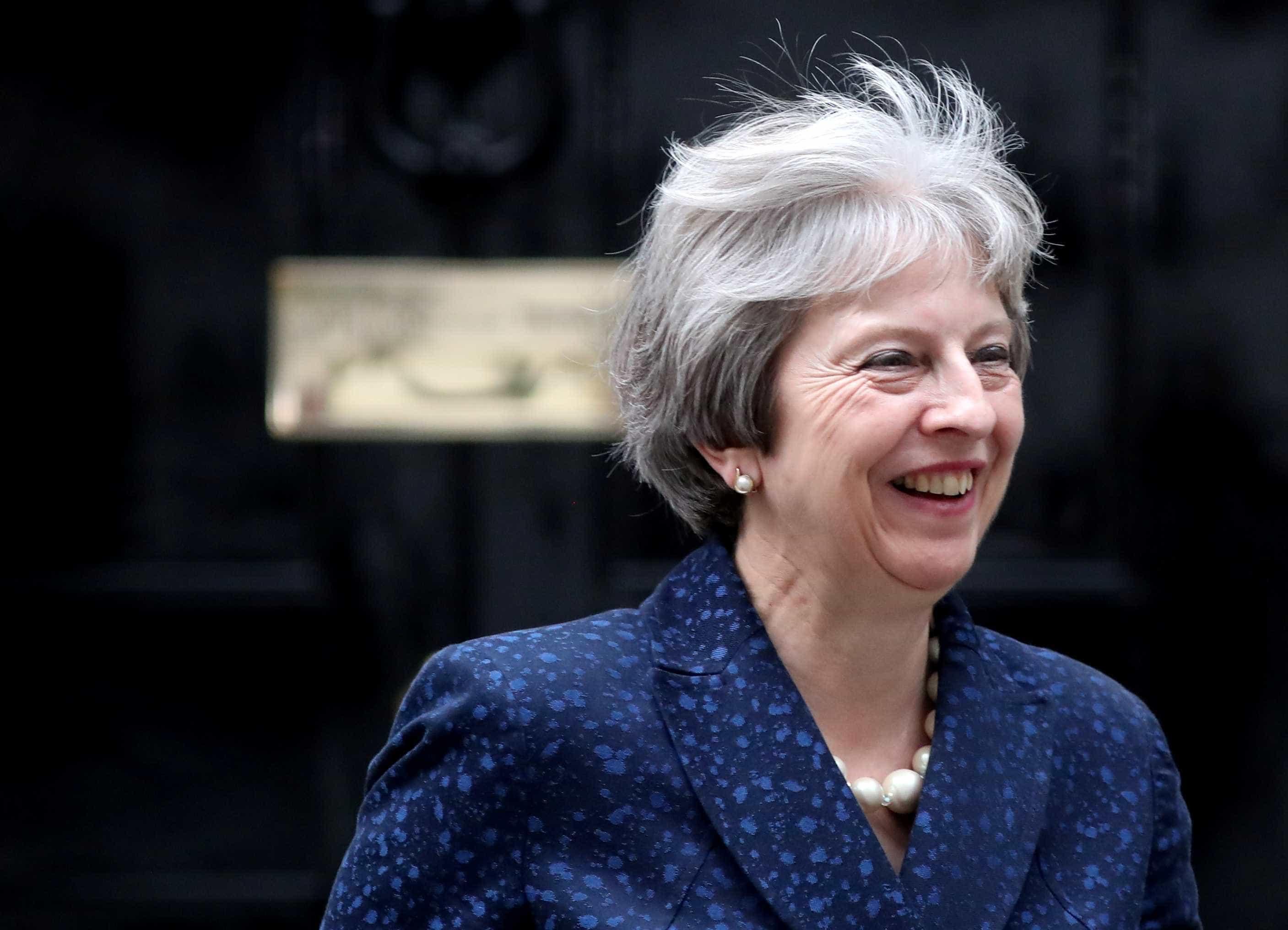 Theresa May balança no cargo após saída de chanceler expor racha