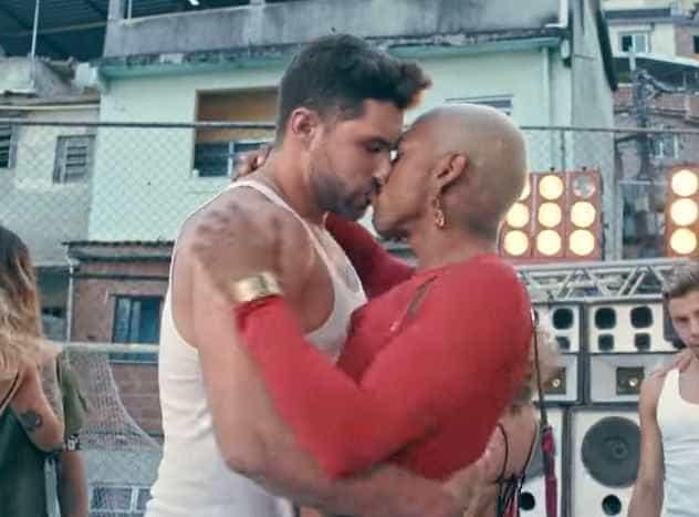 Nego do Borel polemiza ao beijar bonitão da TV em novo clipe