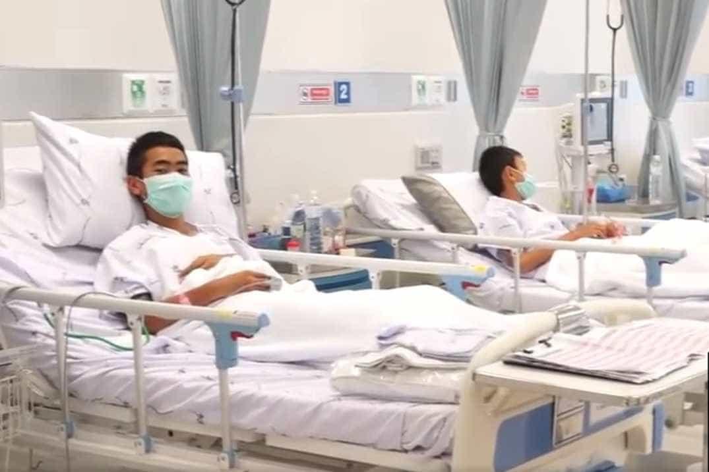 Imagens mostram jovens resgatados de gruta se recuperando em hospital