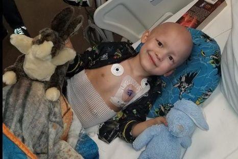 Criança com câncer terminal escreve o próprio obituário, e sem tristeza