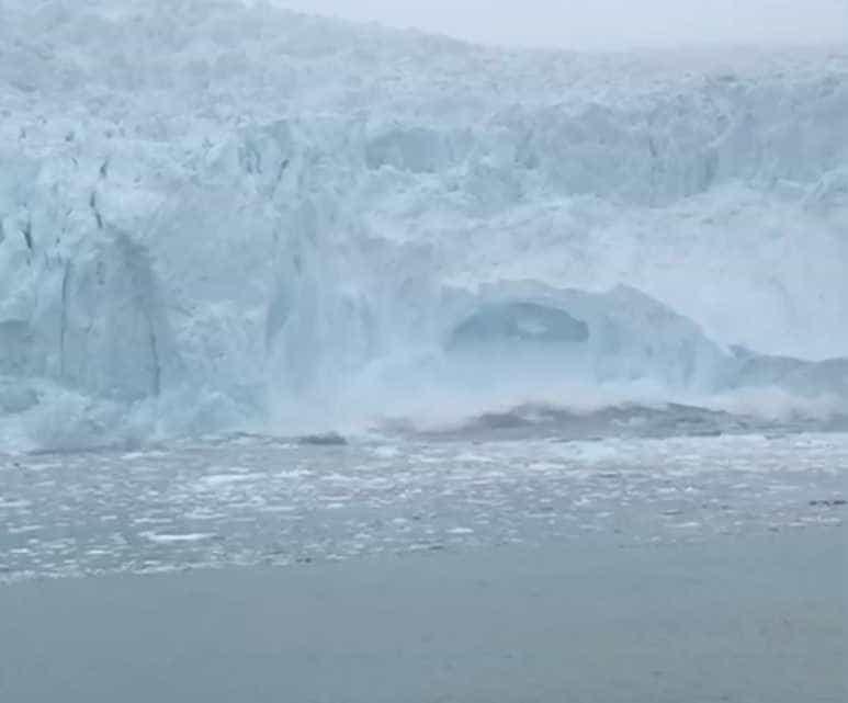 Enorme pedaço de geleira do Alasca se desfaz em um minuto
