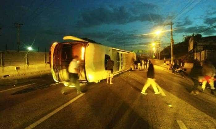 Ônibus tomba na BR-101, no Rio, e deixa 18 feridos