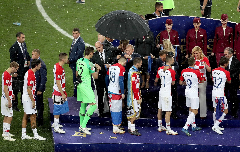 Putin é o primeiro a ganhar guarda-chuva em cerimônia improvisada
