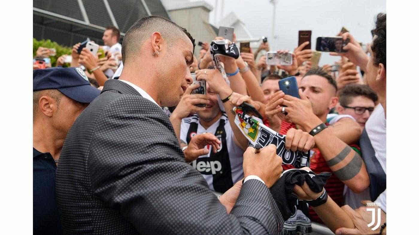 Torcida da Juventus exalta Cristiano Ronaldo em chegada para exames