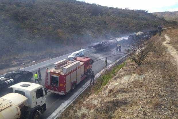 Engavetamento com 11 veículos deixa mortos e dezenas de feridos em MG