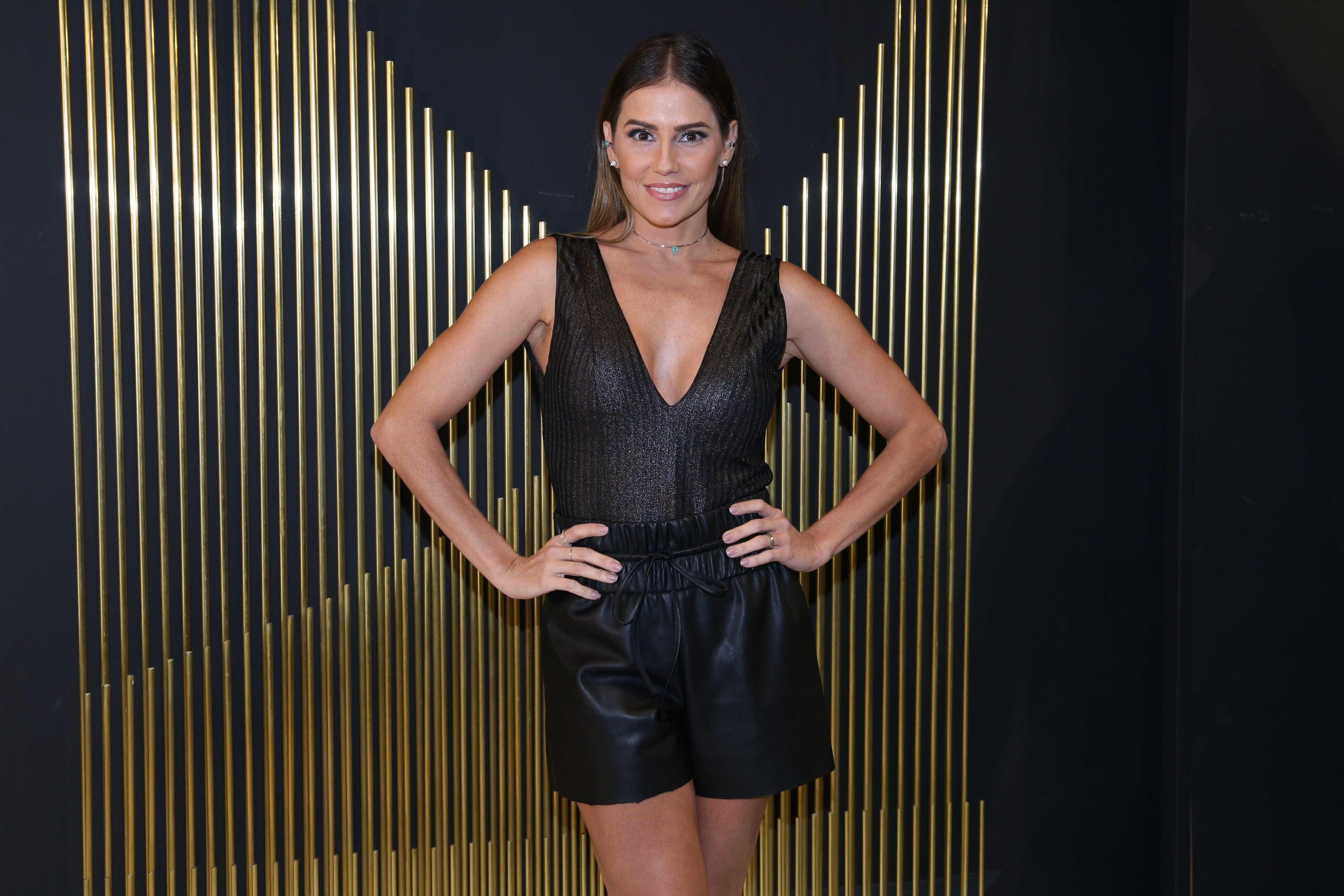 Deborah Secco acaricia barriga de Isis Valverde durante evento de moda