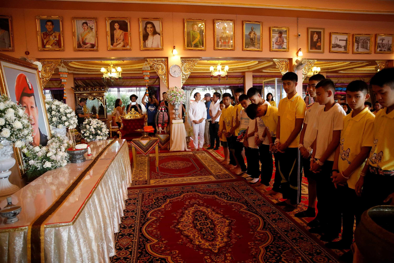 Após alta médica; meninos tailandeses participam de cerimônia budista
