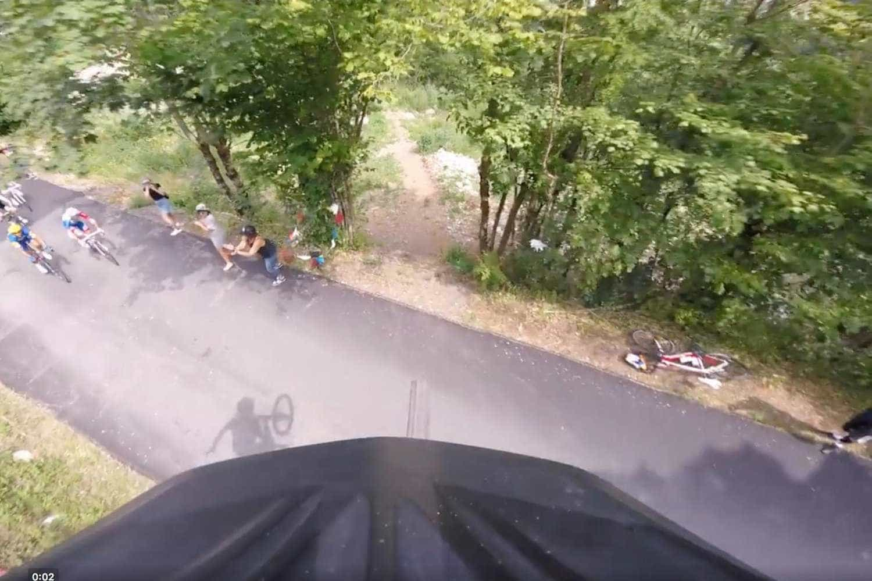 Ciclista faz salto incrível sobre competidores da 'Tour de France'