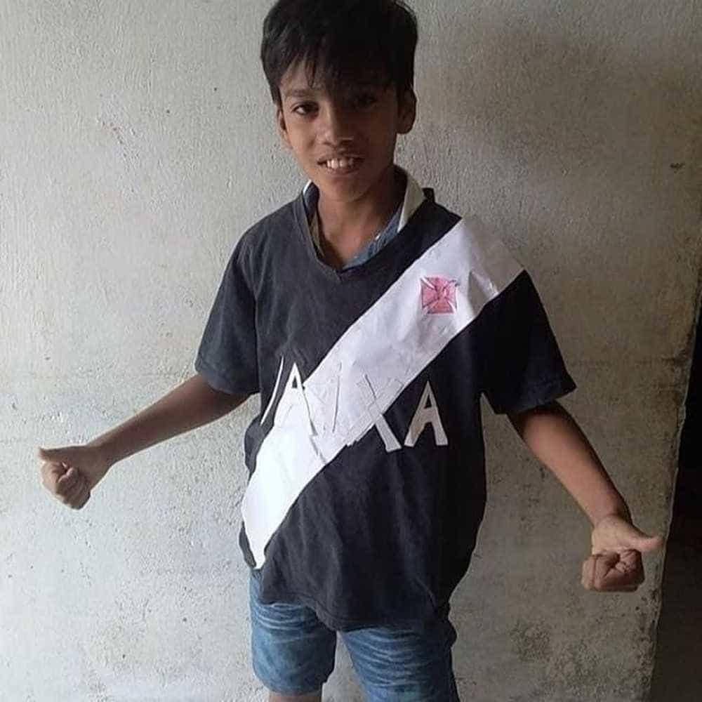 Garoto que viralizou com camisa de papel ganha uniforme e dia no Vasco