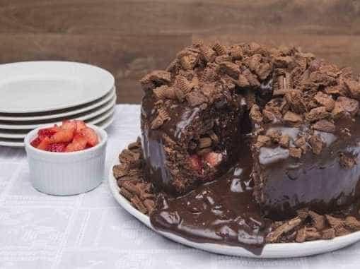 Bolo Vulcão não economiza no chocolate e faz bonito na festa; aprenda!