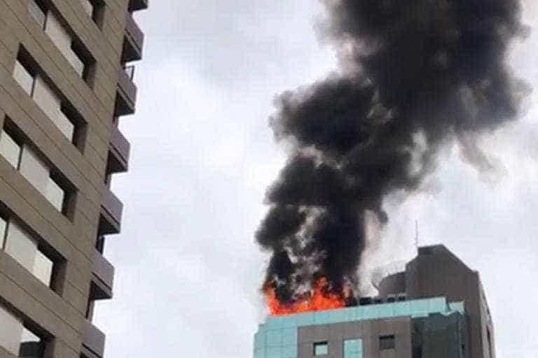 Incêndio atinge cobertura de prédio comercial no Itaim Bibi, em SP