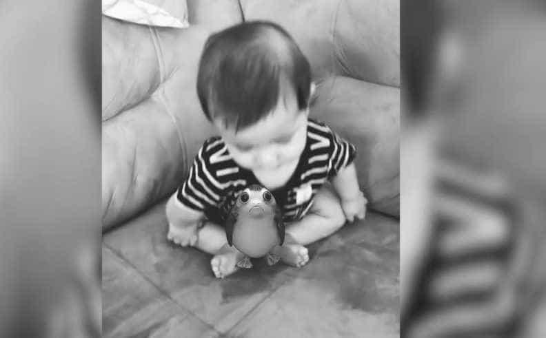 Bebê cai em cima de animal de realidade aumentada