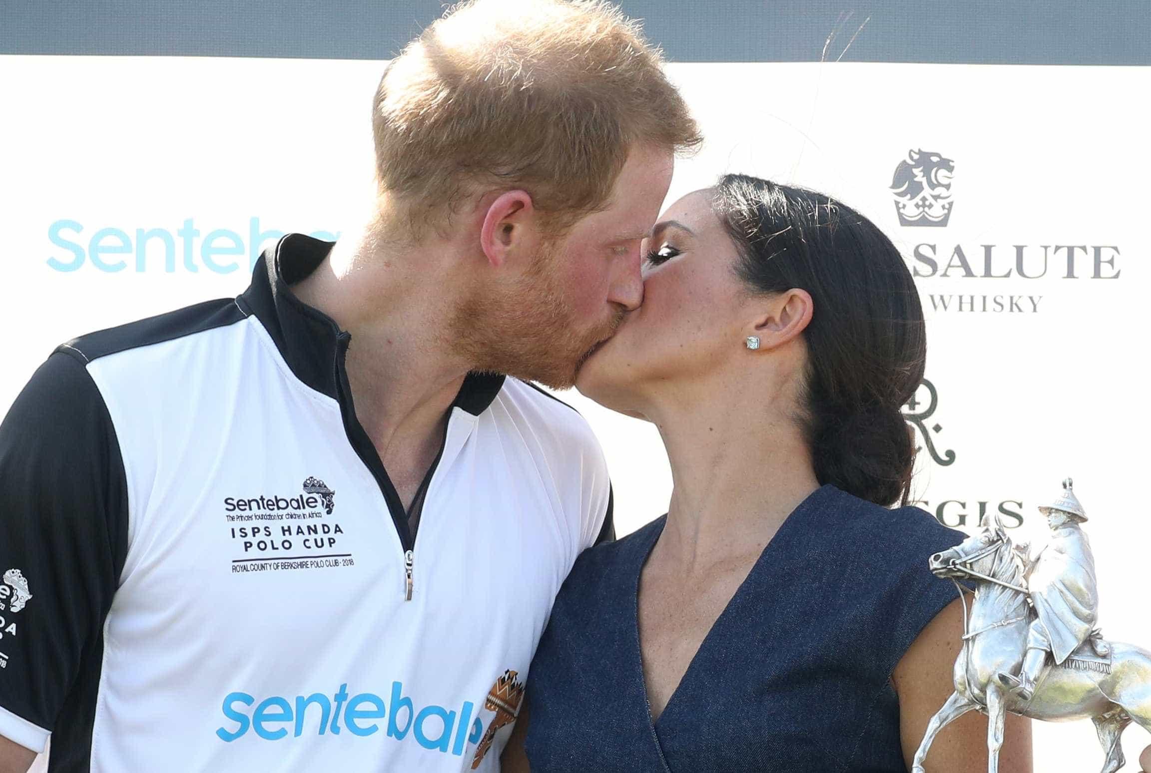 Meghan e Harry quebram regra de etiqueta real e se beijam em Windsor