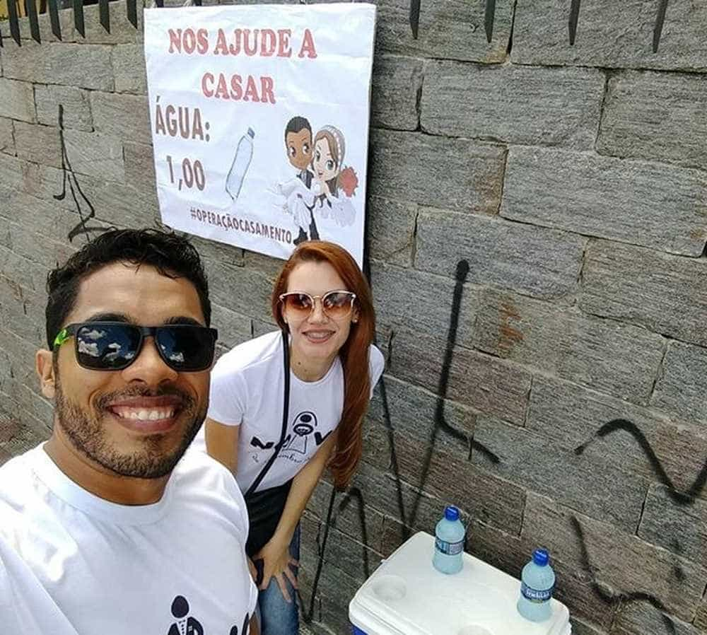 Casal vende água no trânsito para realizar sonho de casar