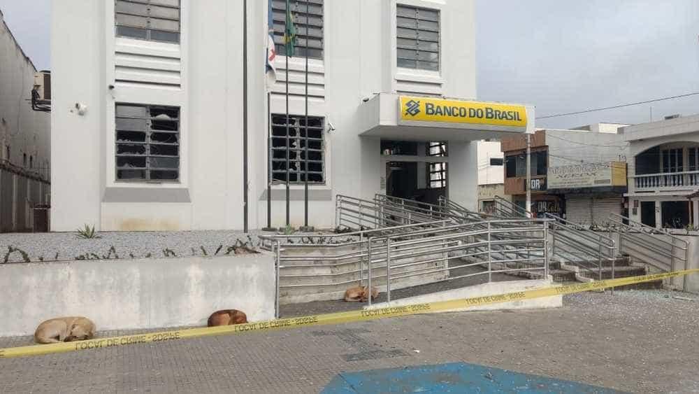 Criminosos explodem bancos e fazem reféns em São Bento do Una