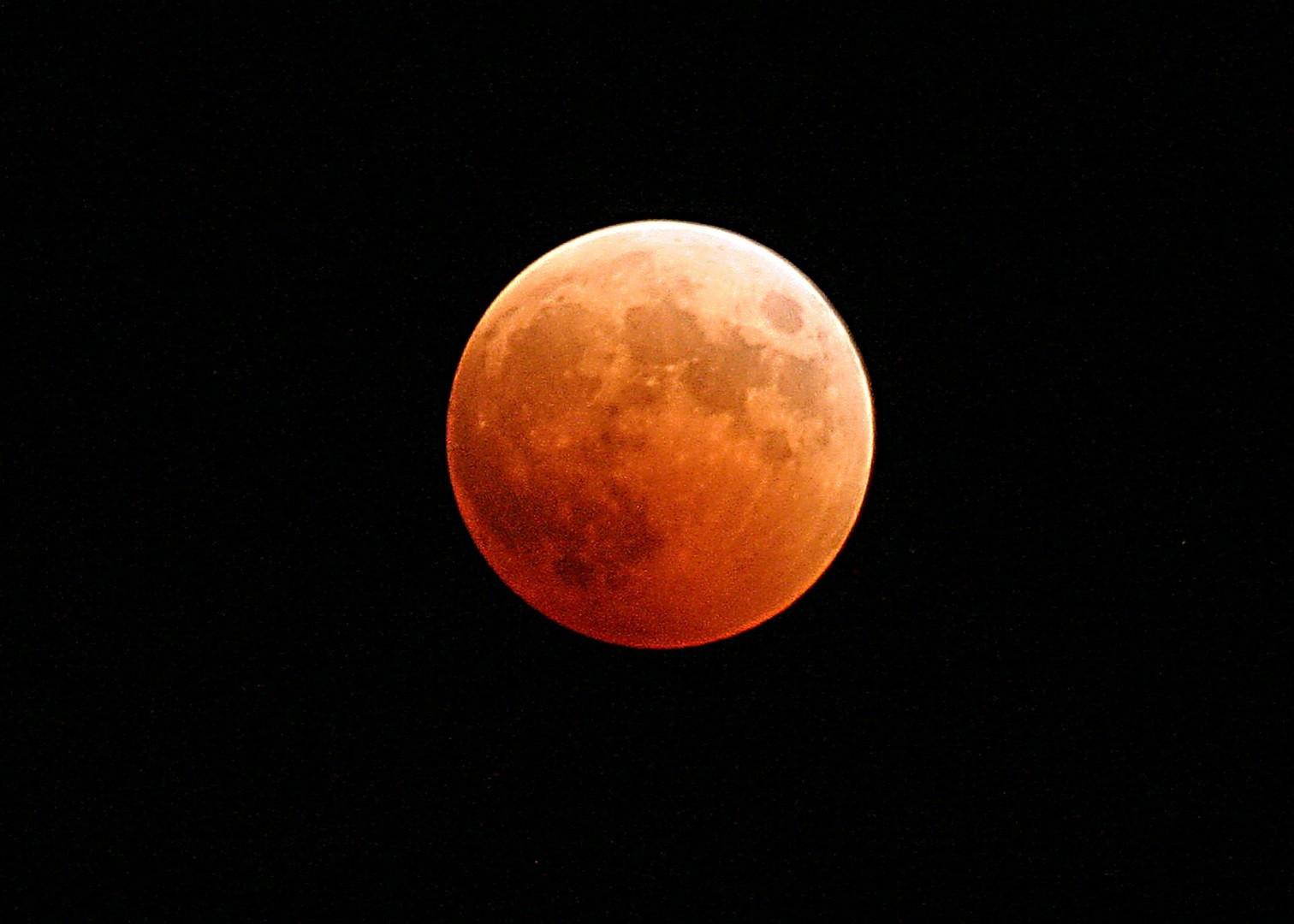 Madrugada de domingo para segunda traz 'supereclipse lunar'