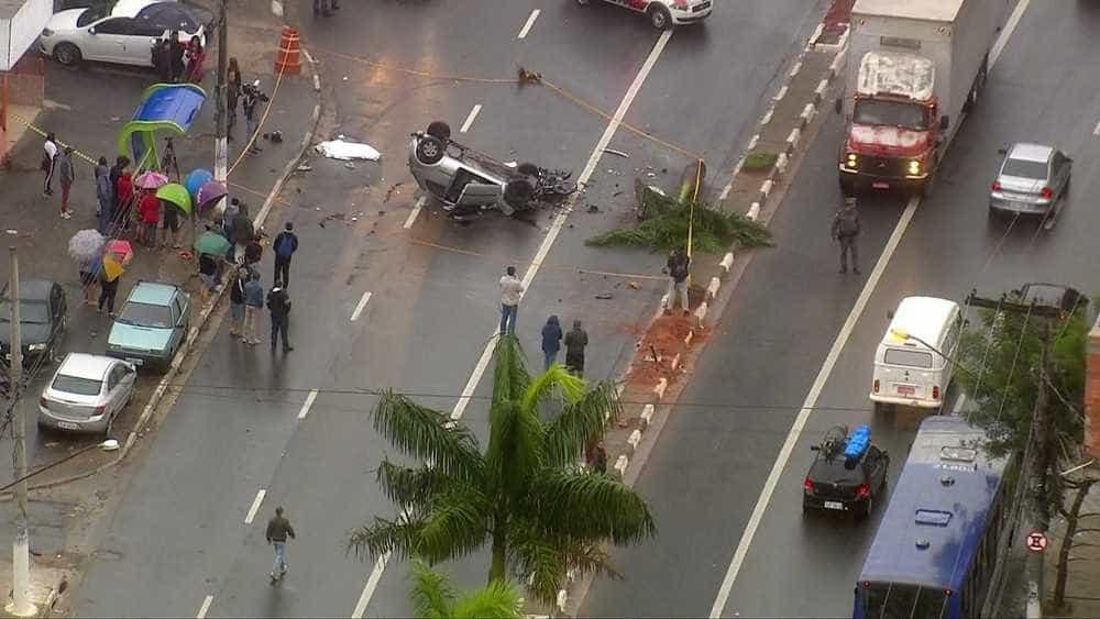 Acidente interdita rodovia e mata casal em Carapicuíba, na Grande SP
