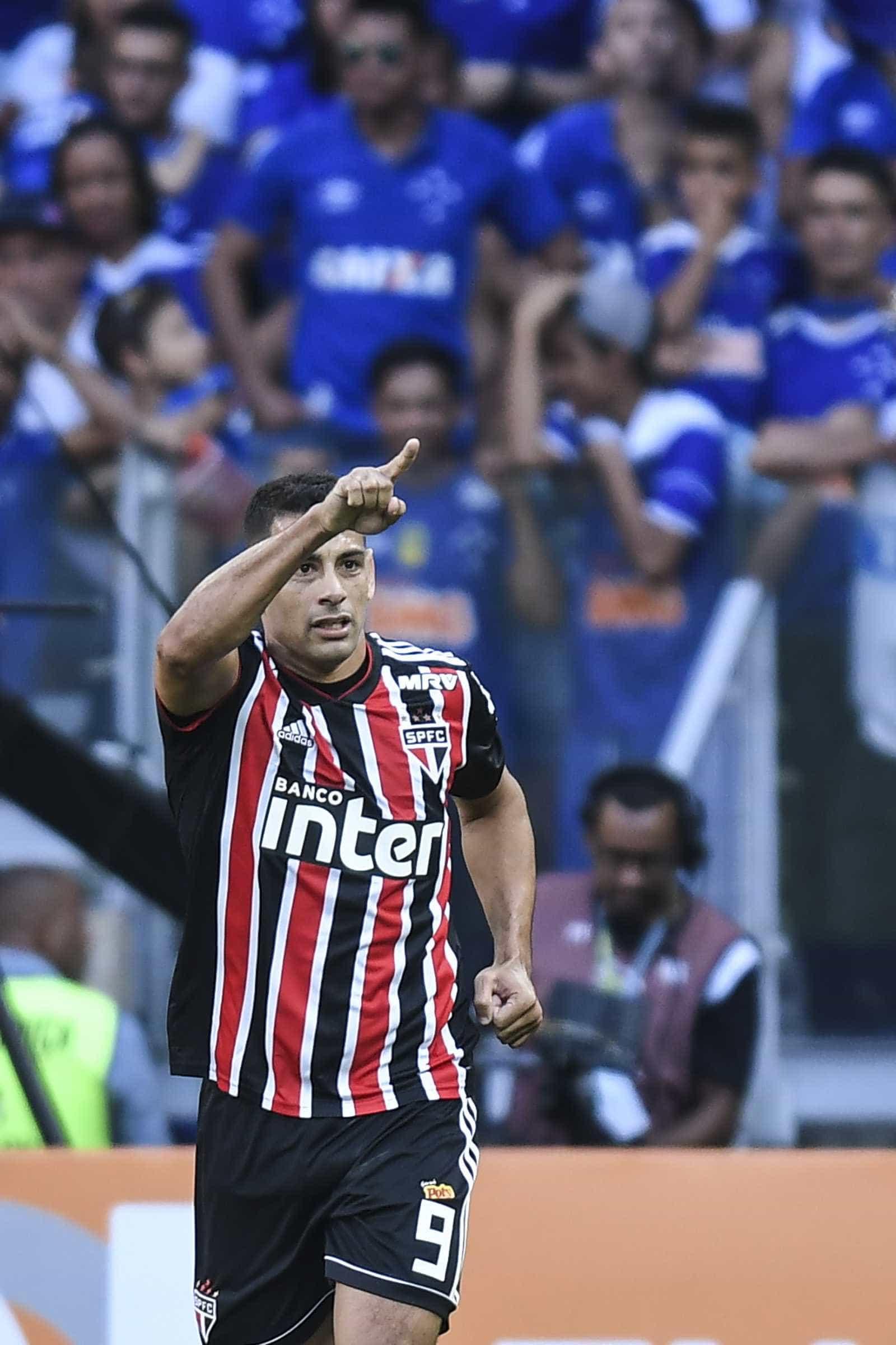 Diego Souza agride atleta do Colón com chute, mas árbitro não vê