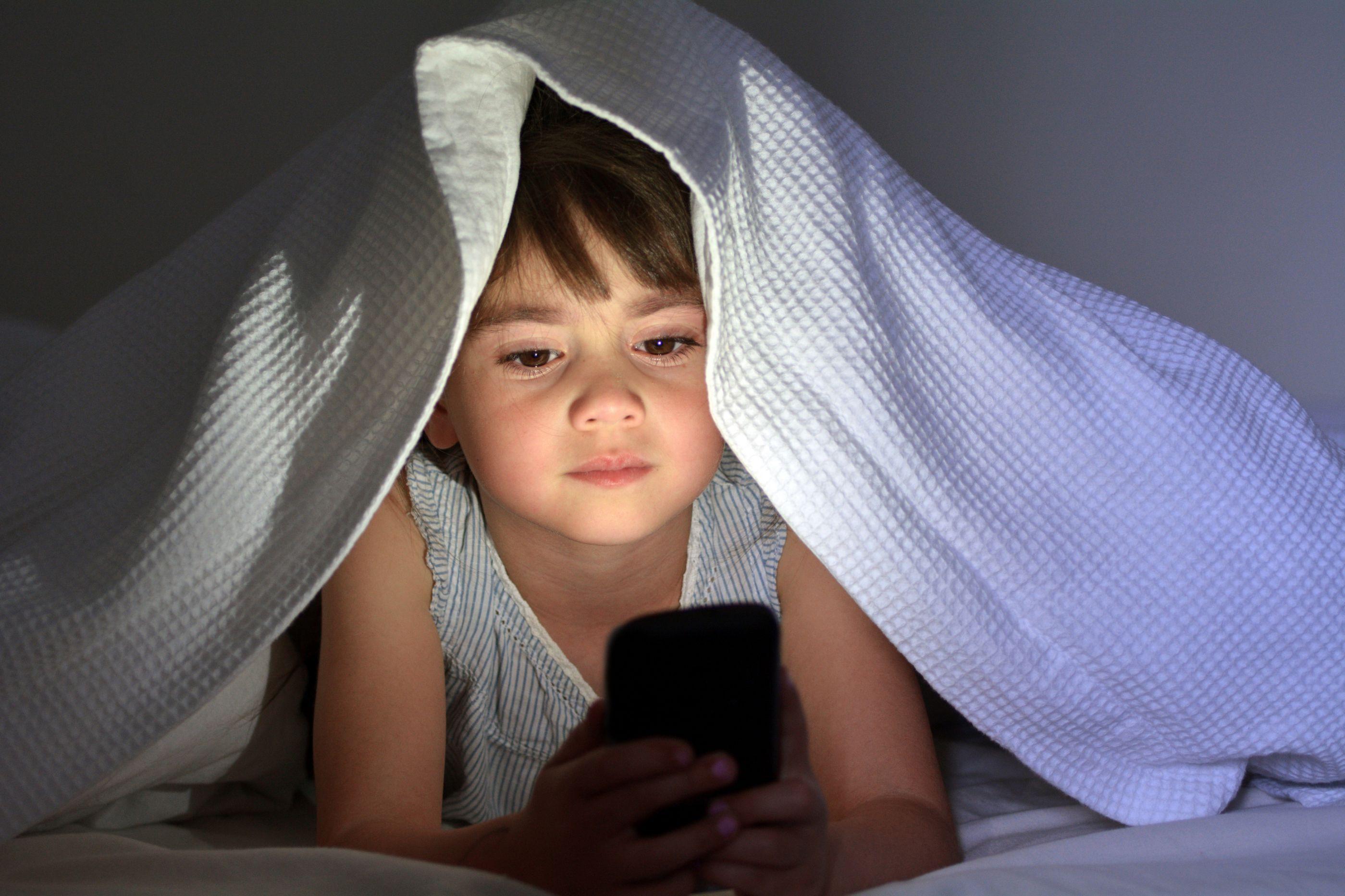 Especialistas alertam: crianças devem diminuir exposição a telas