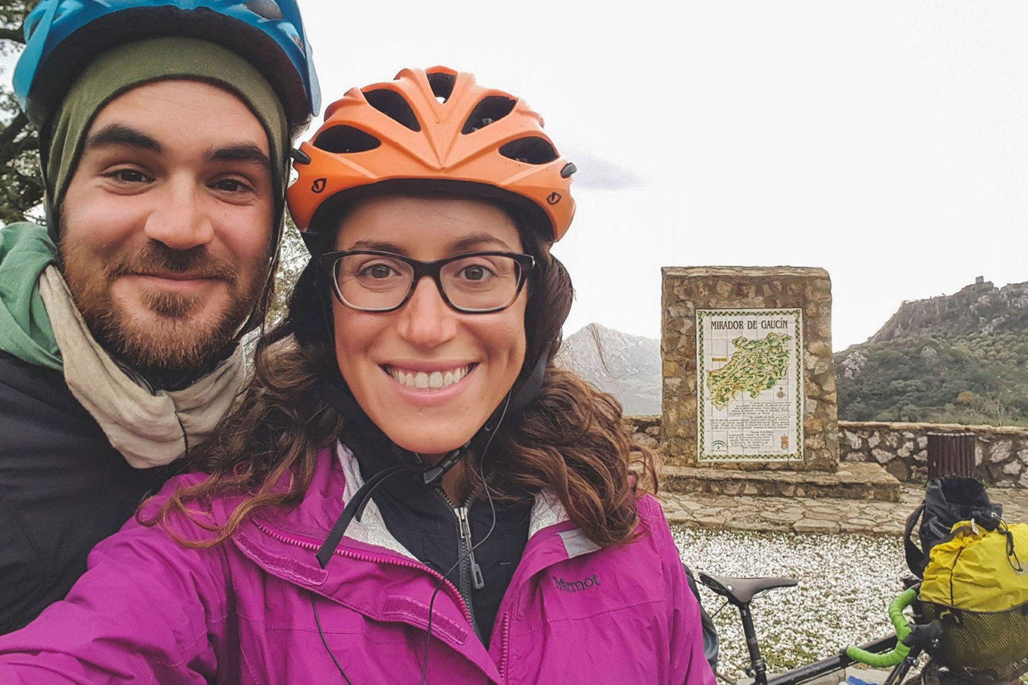 Casal que viajava ao redor do mundo de bicicleta é morto pelo EI
