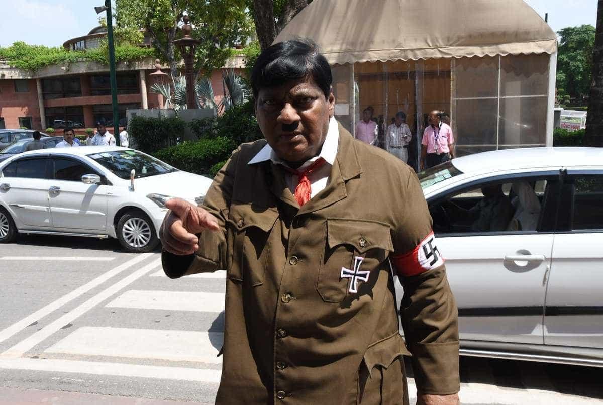 Parlamentar se veste de Hitler em protesto na Índia