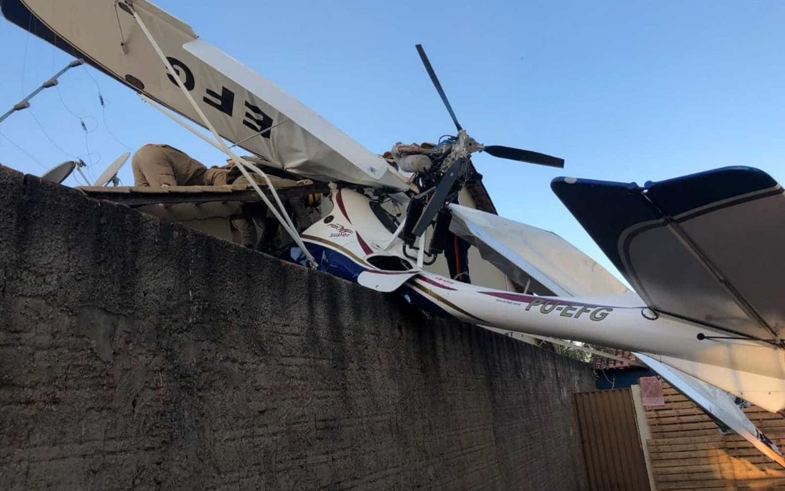 Avião cai em área residencial, mata bebê e deixa 2 feridos em Goiânia