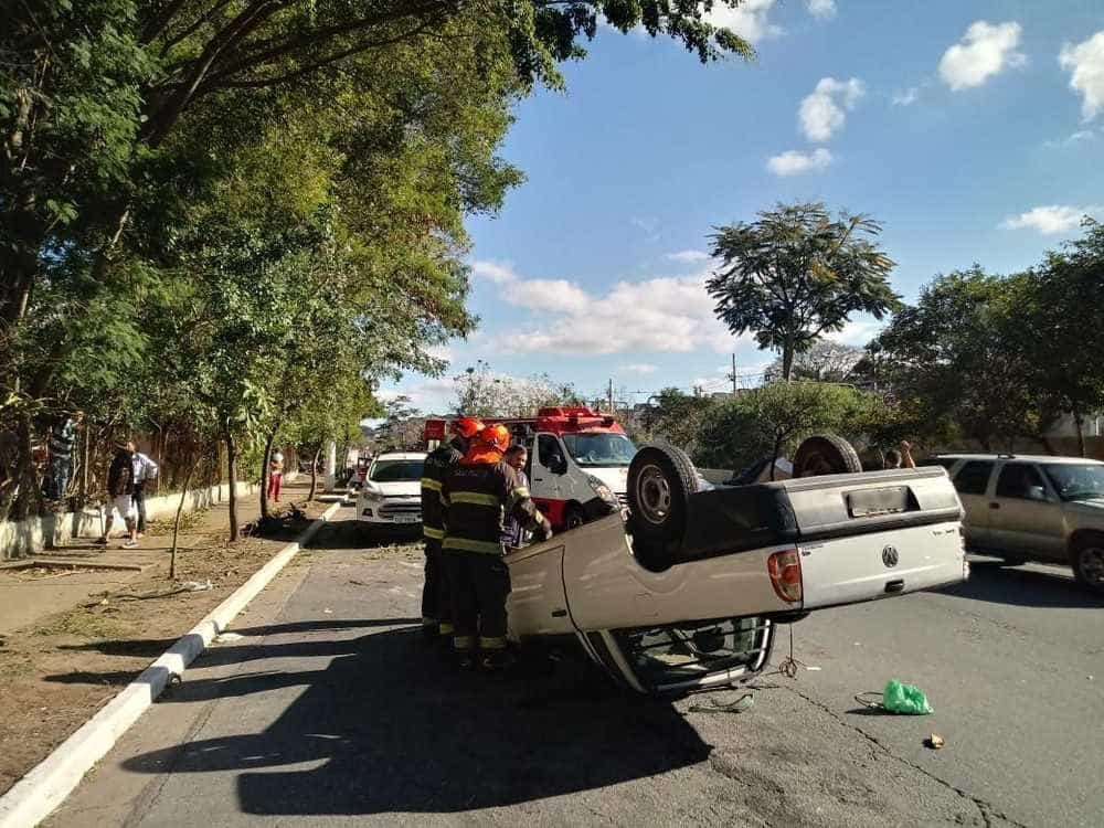 Carro com 8 pessoas na caçamba capota e deixa 10 feridos em SP