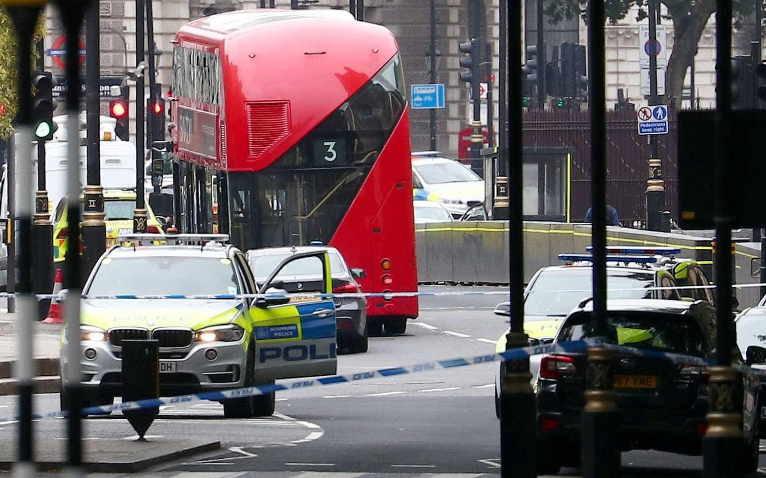 Polícia não descarta atentado terrorista no parlamento britânico