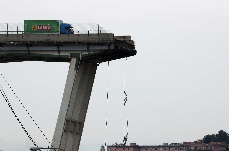 Confira as imagens do viaduto que desabou e deixou mortos em Gênova