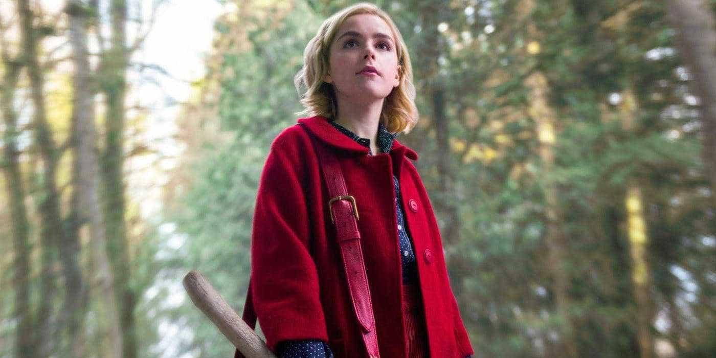 Kiernan Shipka surge como bruxa em foto de 'O Mundo Sombrio de Sabrina'