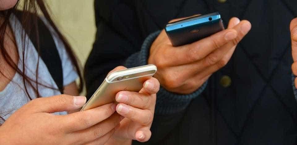 Banco de rua carrega celulares com energia solar e monitora arredores