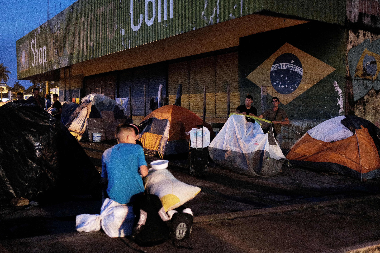 Venezuelanos e brasileiros entram em confronto nas ruas de Roraima