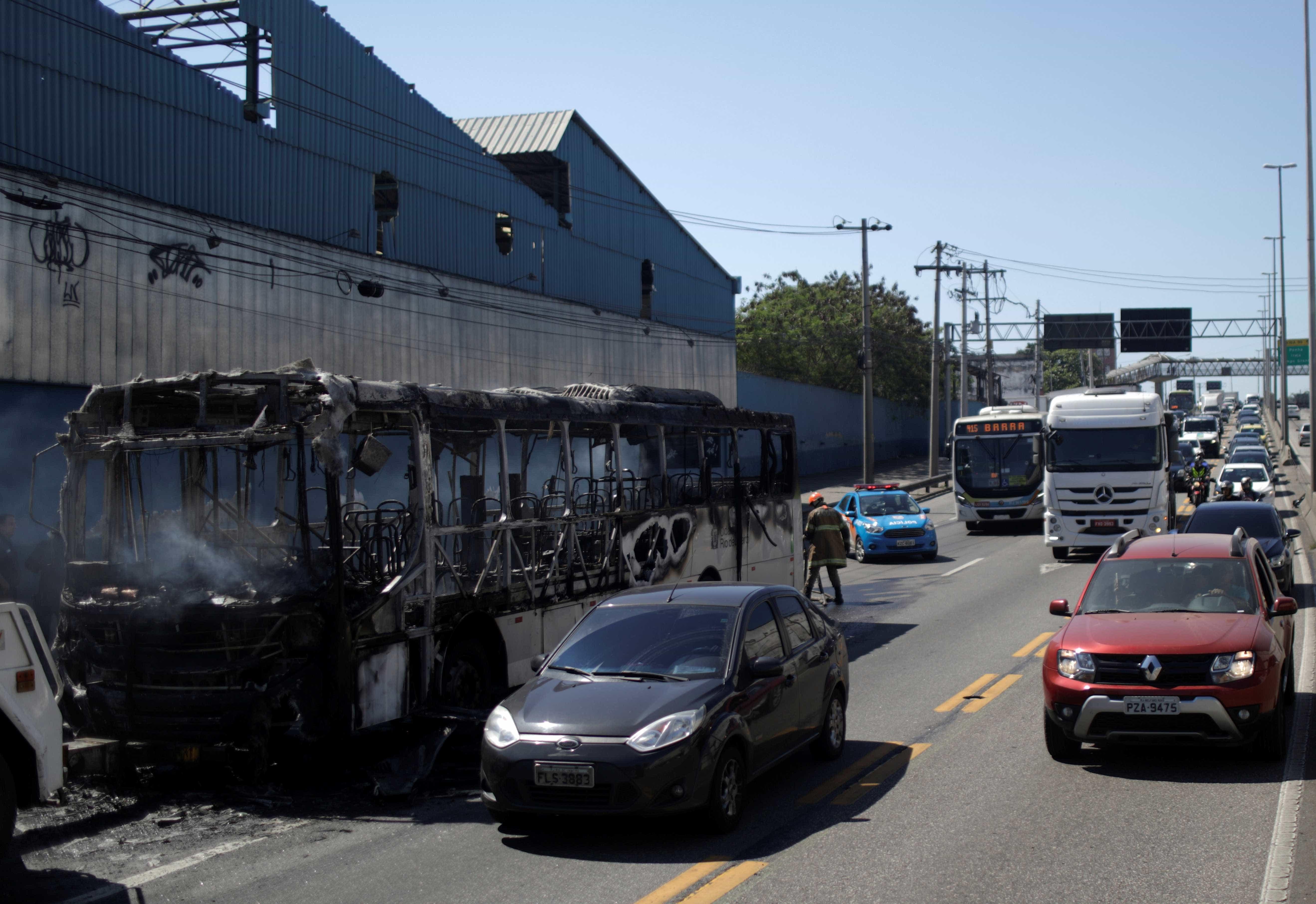 Bandidos queimam ônibus lotado no Rio: 'Motorista foi jogado para fora'