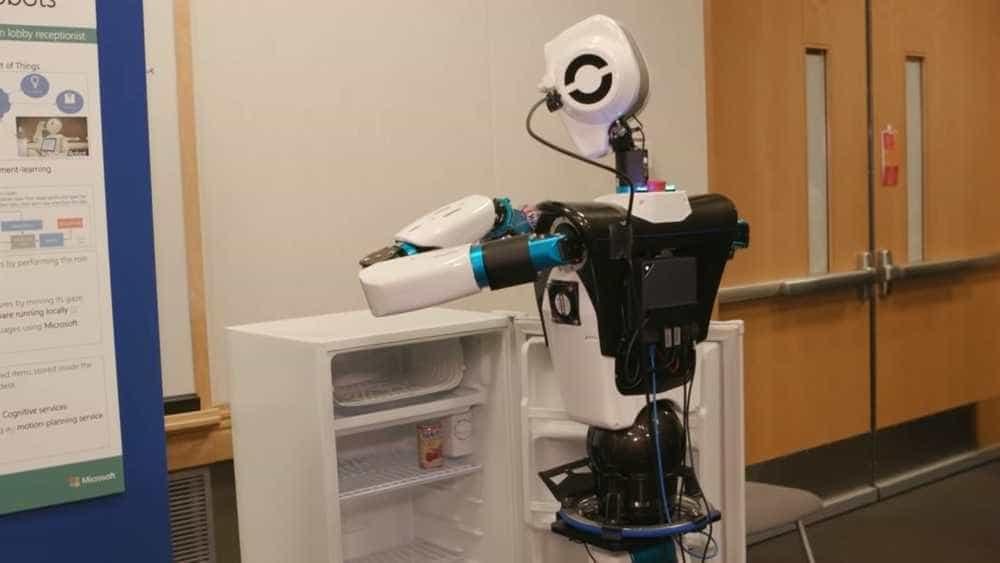 Robô da Microsoft pega até bebida na geladeira para você; vídeo