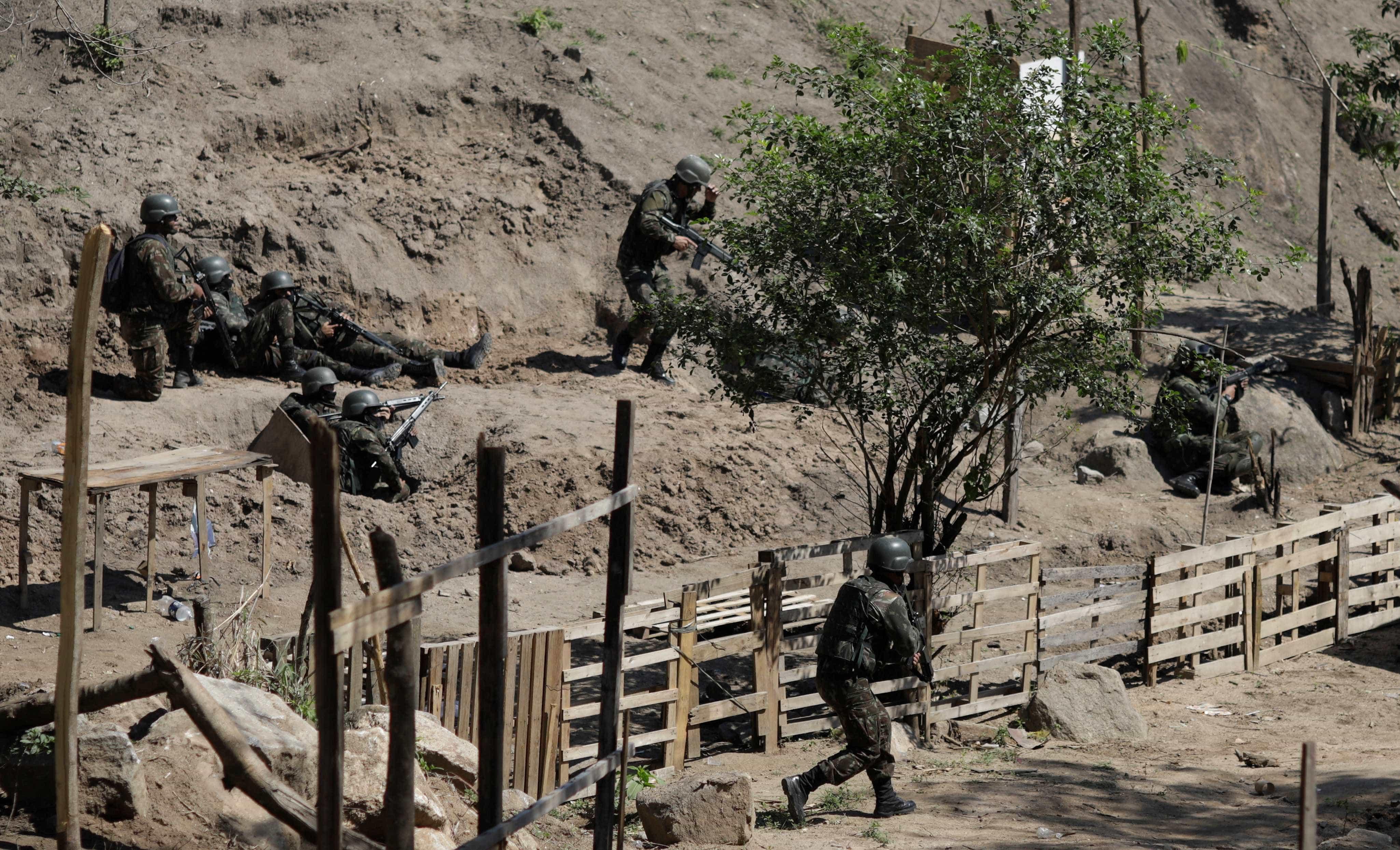 Dois militares e cinco criminosos morrem em megaoperação no Rio