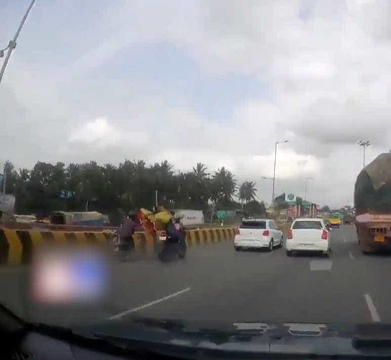 Após acidente, pais caem no asfalto e bebê 'dirige' moto sozinho