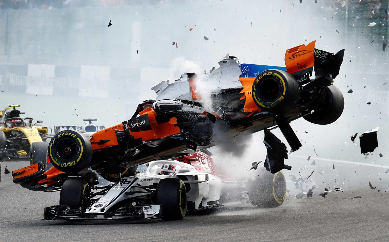 Vettel vence em corrida perfeita marcada por acidente de Alonso