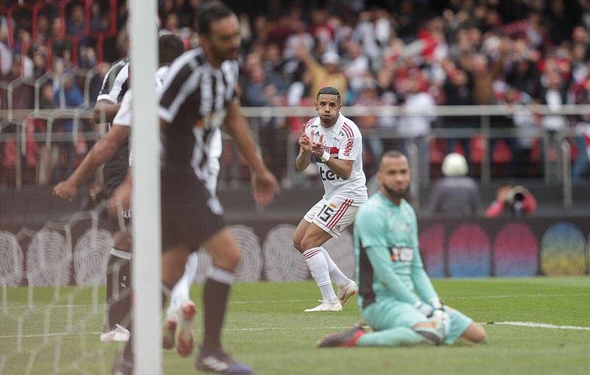 São Paulo sofre, mas vence o Ceará por 1 a 0 e mantém liderança