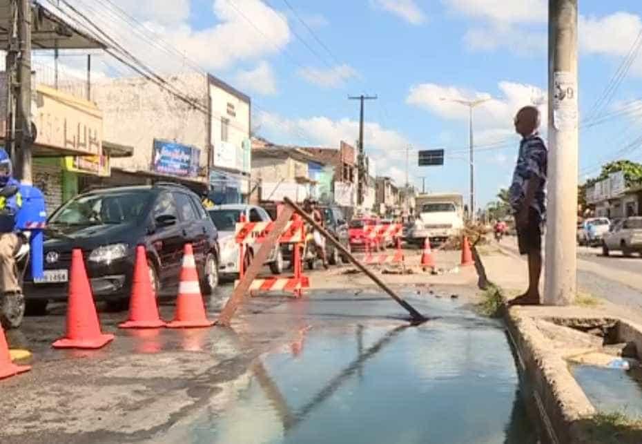 Moto cai em buraco de 2m aberto em avenida de Olinda
