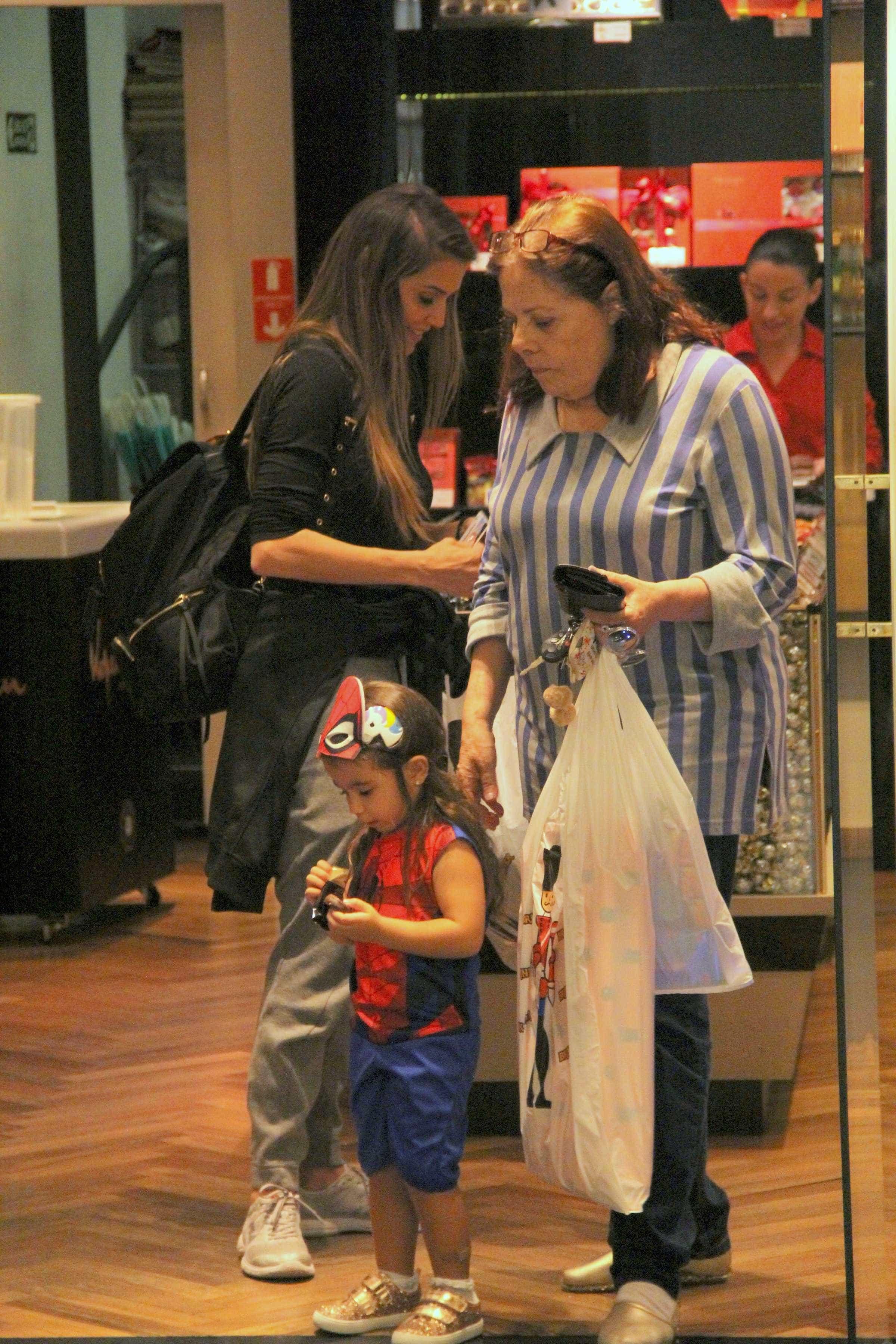 Filha de Deborah Secco é vista com fantasia de super-herói; fotos