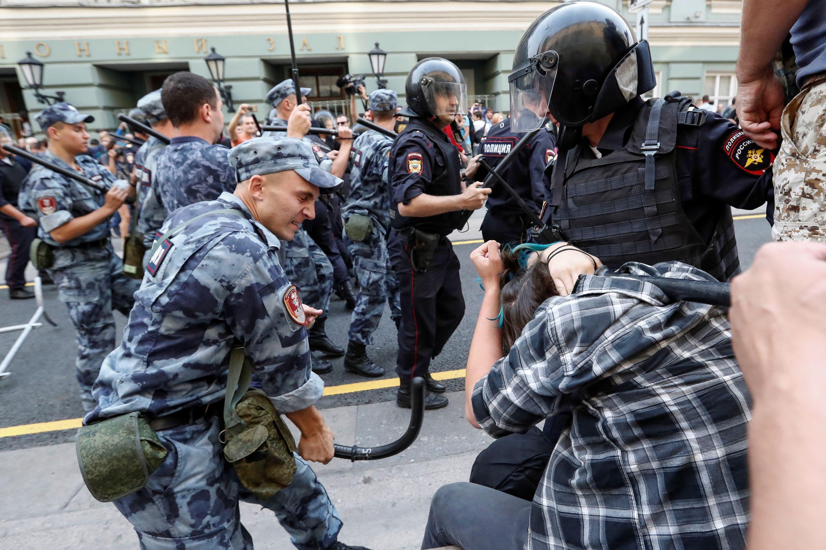Centenas de manifestantes são detidos na Rússia em dia de eleições