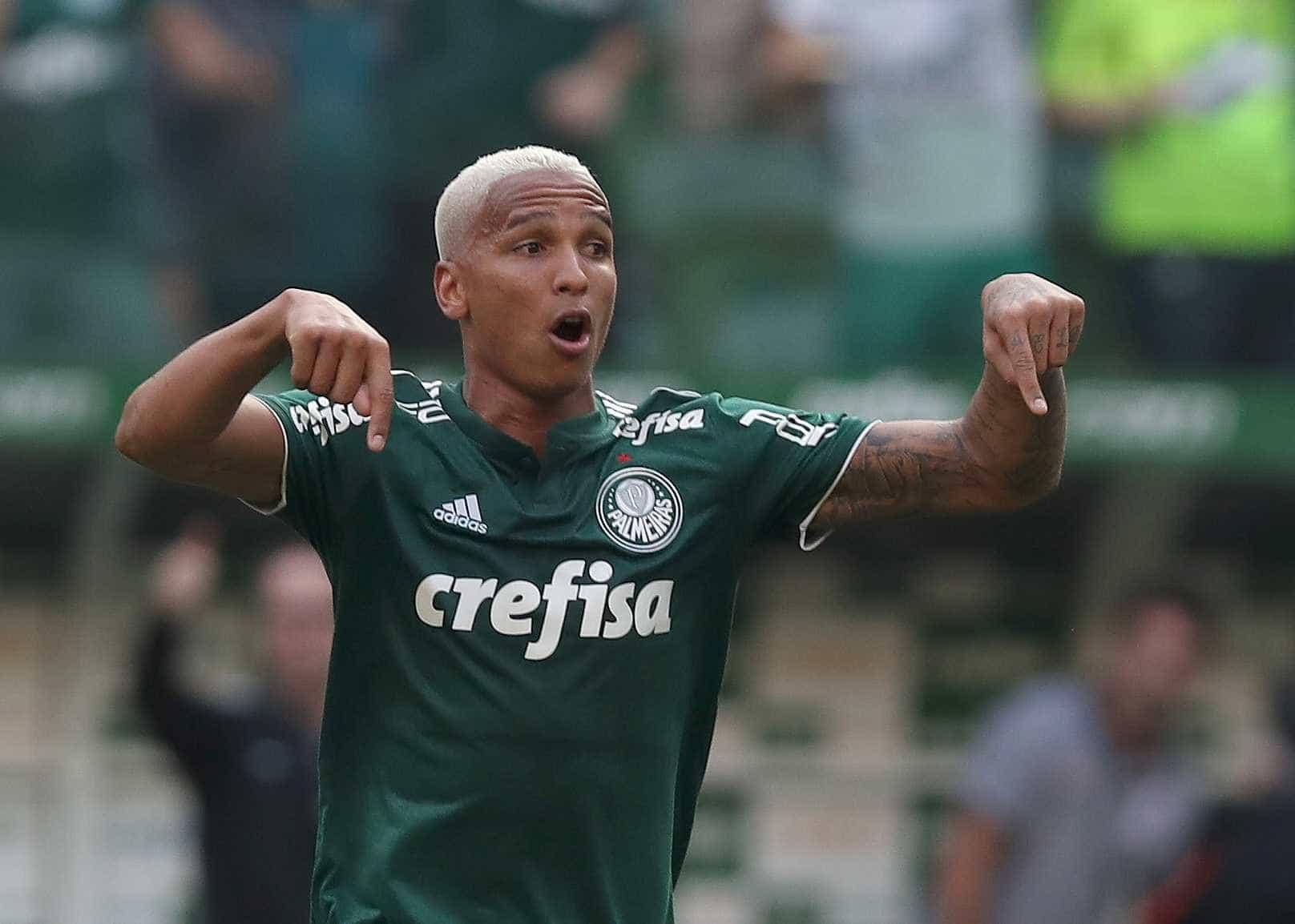 Palmeiras vence Corinthians e segue na cola dos líderes